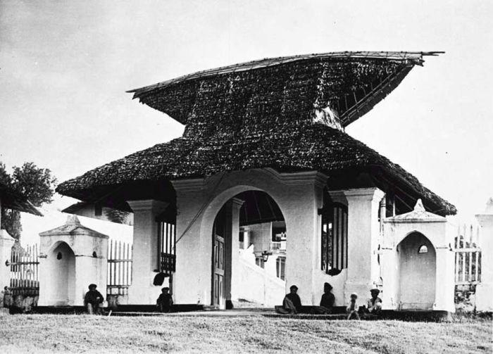 ternate - Ingang_van_het_paleis_van_de_sultan_van_Ternate_TMnr_60018584